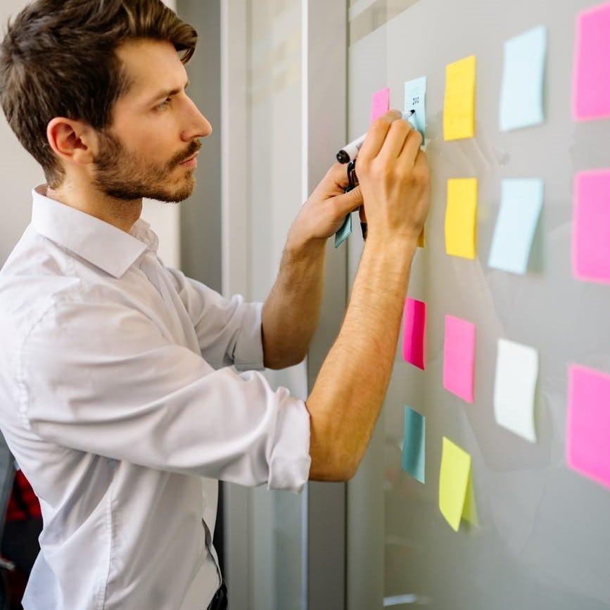 Ilustrasi orang sedang menempelkan notes sebagai self reminder